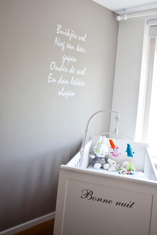 Babykamer met muurtekst schildering