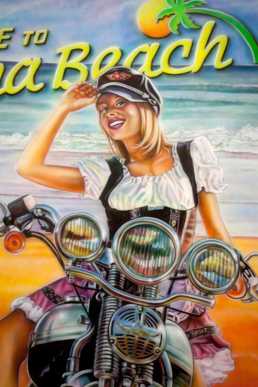 Muurschildering American showroom van Harley chick