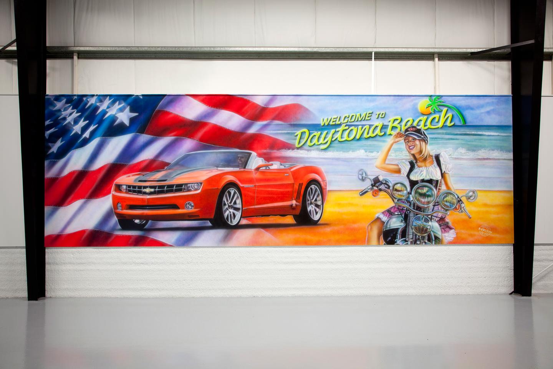 Muurschildering bij American showroom Camaro, daytona beach en Harley Davidson chick