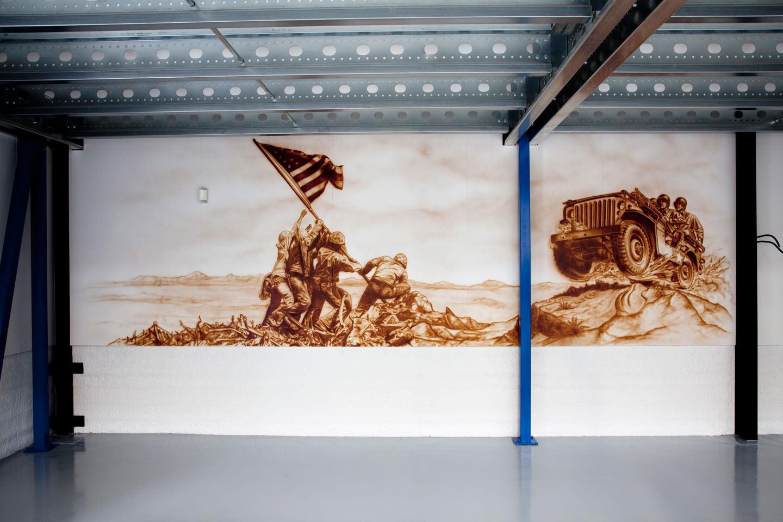 Muurschildering van WOII 'raising the flag' en Jeep