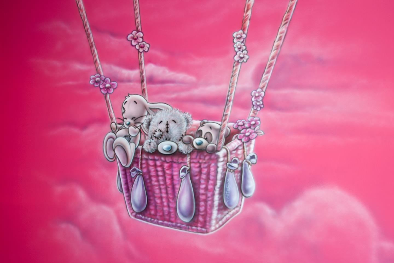 Roze metoyou beertje in ballon airbrush babykamer muurschildering meisje