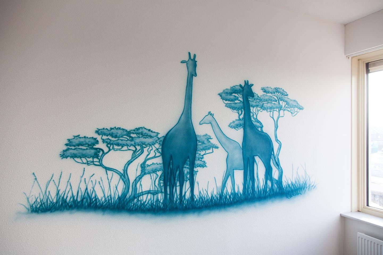 Safari silhouetten muurschildering met giraffen in een jongenskamer