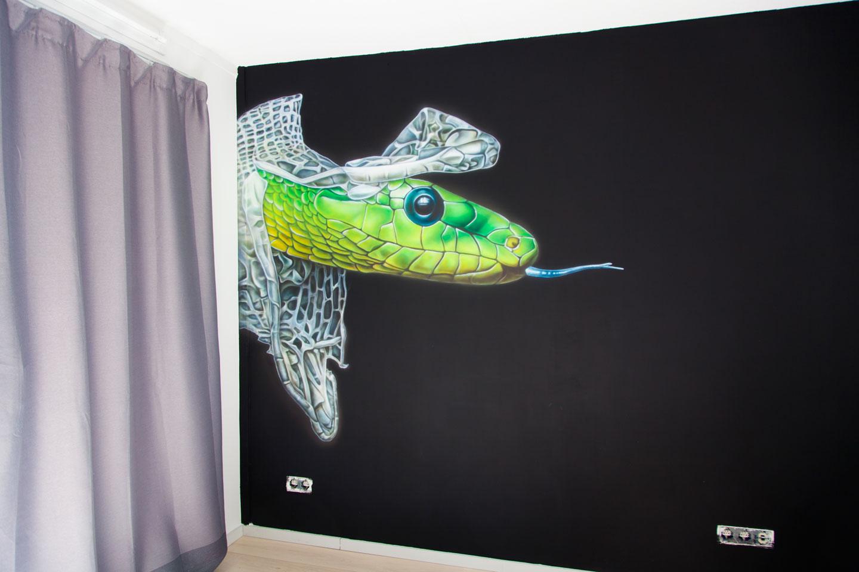 Vervellende slang airbrush muurschildering in tienerkamer