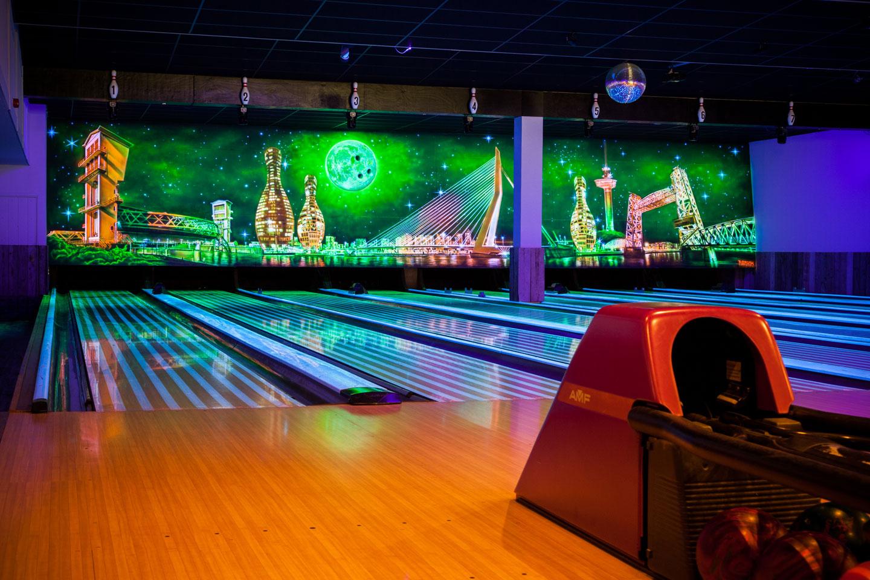Blacklight muurschildering bowlingbaan