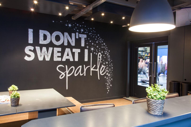 Workout motivatie muurschildering. I don't sweat I sparkle
